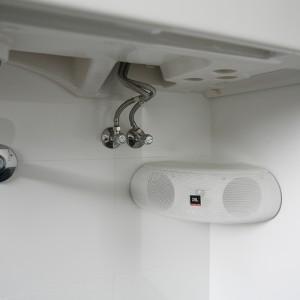 Muzyka w łazience? Czemu nie! Podczas kąpieli można posłuchać ulubionej muzyki  płynącej z głośnika (JBL) zainstalowanego pod umywalką. Fot. Bartosz Jarosz.