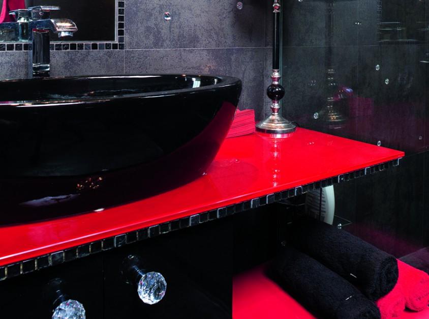 We wnętrzu urządzonej z eleganckim przepychem łazienki, każdy detal to ozdoba, jak szklane gałki meblowe. Fot. Bartosz Jarosz.