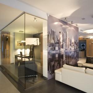 Salon jest tuż za rogiem... Fototapeta z widokiem Nowego Jorku na ścianie to pomysł pani domu. Daje poczucie nowoczesności i wyraża nieco ironiczną tęsknotę za wielkim miastem w środku lasu. Fot. Bartosz Jarosz.