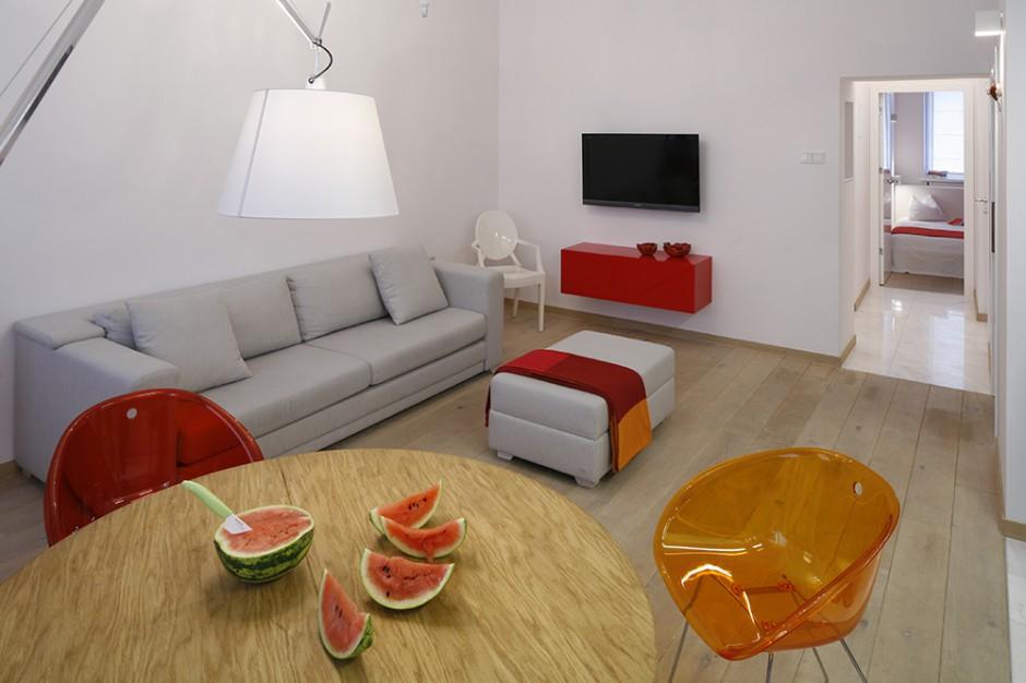 Barwy uzupełniają się, ale i kontrastują. Współgrają i konkurują. Nasycona czerwień nie przytłacza, biel jest ukojeniem, a oranż – niezbędnym uzupełnieniem. Fot. Bartosz Jarosz.
