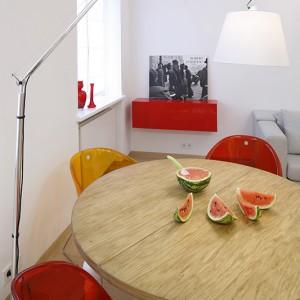 Nowatorskie połączenie przezroczystych tworzyw, metalu i drewna oraz doskonale wyprofilowane kubełkowe siedzisko krzeseł Pedrali sprawia, że są idealne do wnętrz nowoczesnych. Fot. Bartosz Jarosz.