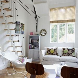 Pokój dzienny i kuchnia tworzą jedną otwartą przestrzeń. Sofę Habitat zestawiono tu z parą klasycznych krzeseł projektu Charlesa Eamesa. Fot. Brent Darby/Narratives.