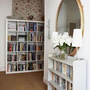 Białe regały na książki to klasyki rodem z IKEA. Idealnie wpasowały się w prosty styl wnętrza. Fot. Brent Darby/Narratives.