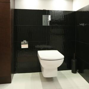 Salon kąpielowy został ożywiony płytkami z oryginalnej kolekcji Macieja Zienia stworzonej dla marki Tubądzin. Fot. Bartosz Jarosz.