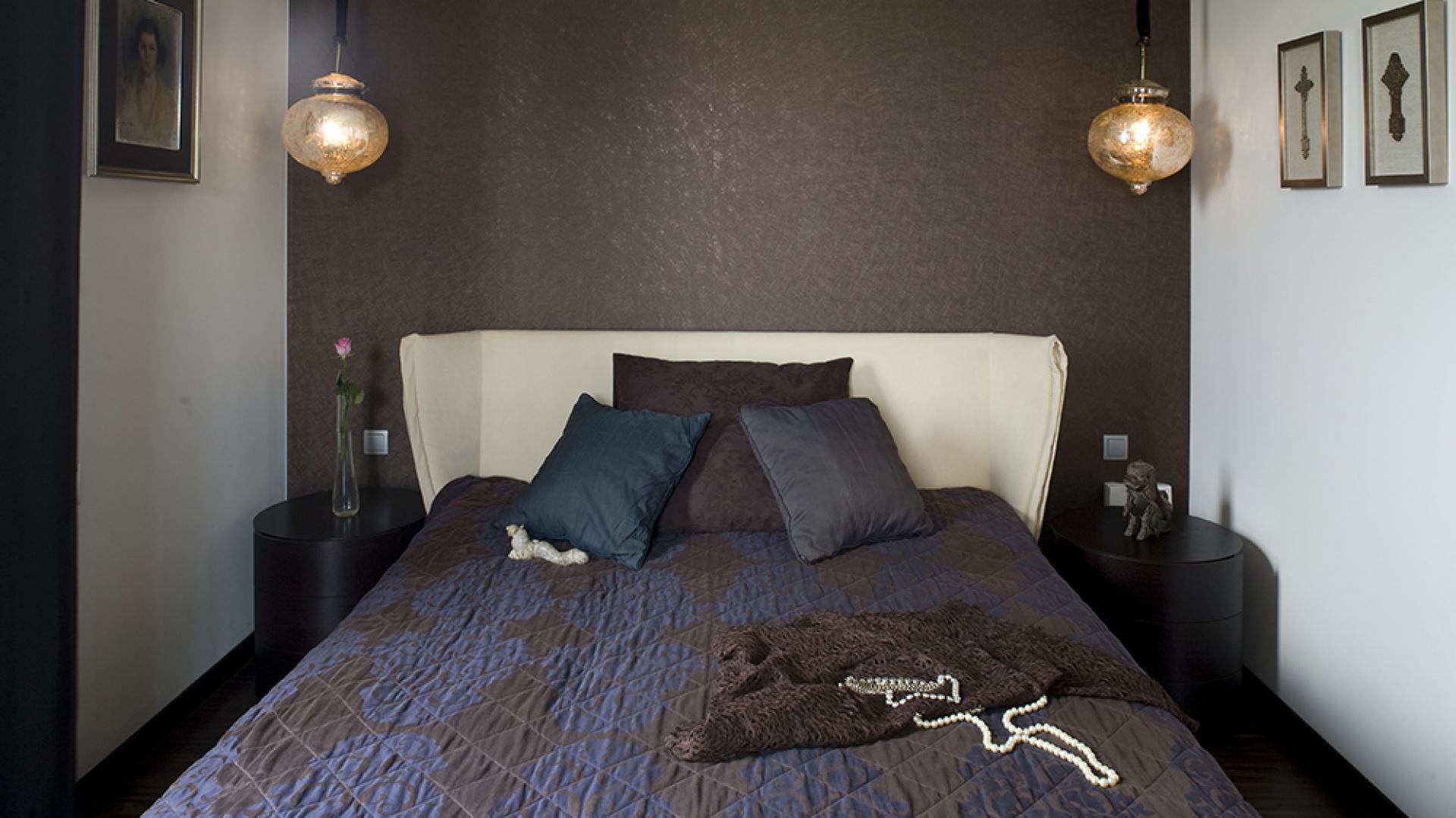 Sypialnia została skąpana w ciepłych brązach: poczynając od eleganckiego parkietu z drewna wengé, poprzez meble i ścianę za łóżkiem, aż po dobór tkanin. Fot. Marcin Onufryjuk.