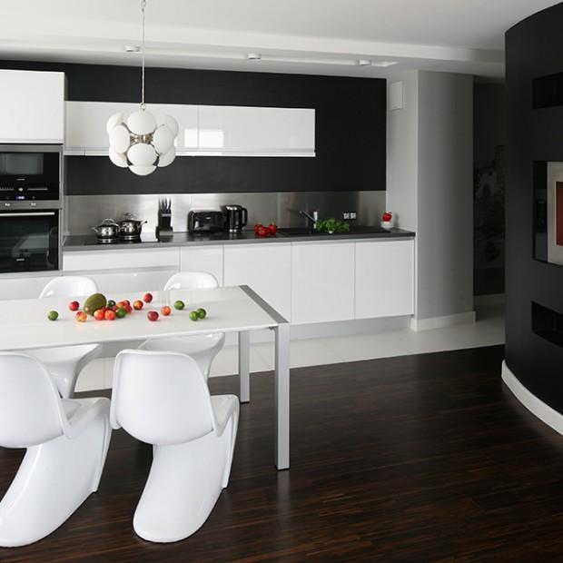 Minimalistyczna biała kuchnia: nowoczesna aranżacja