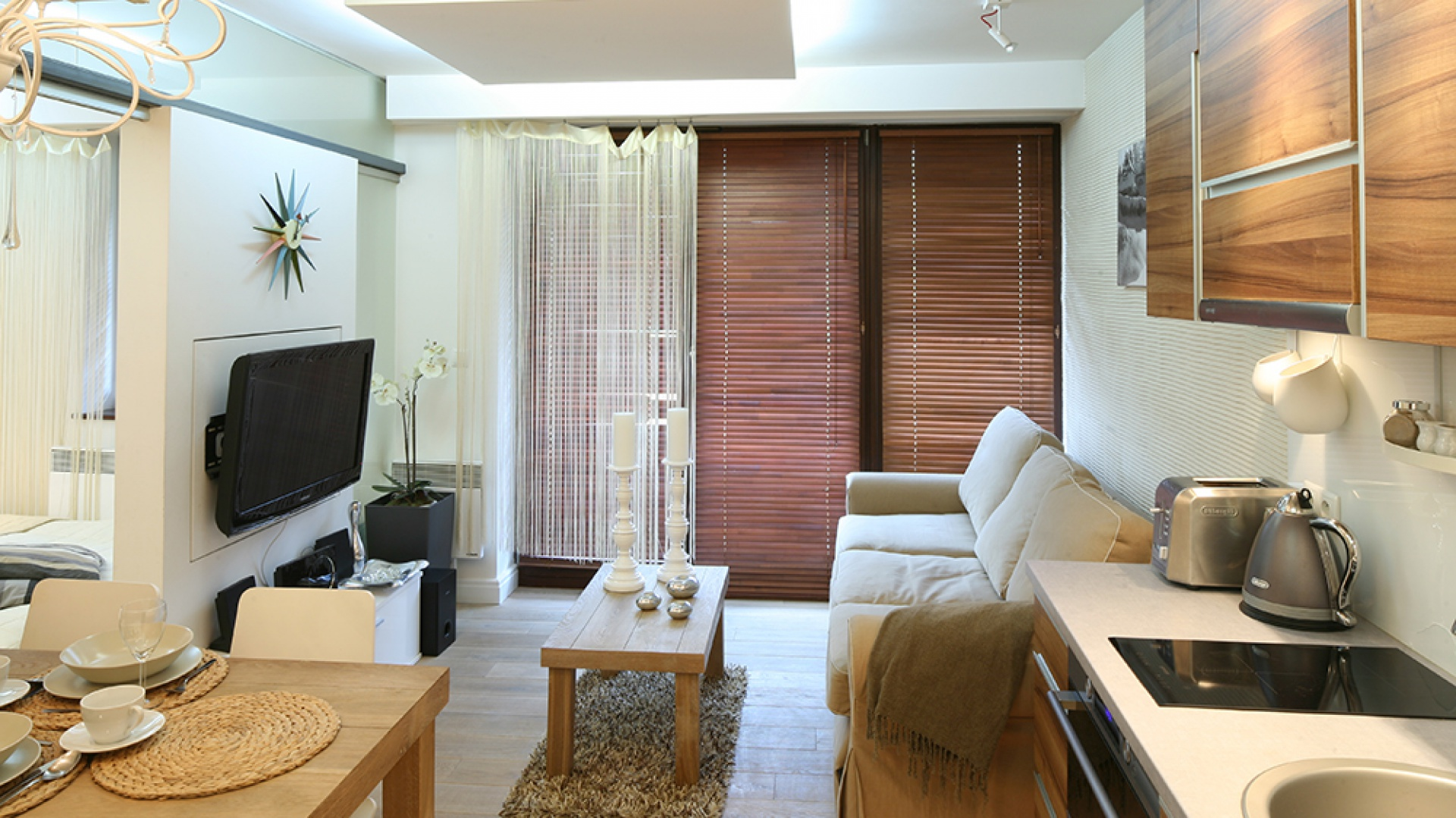 Wygodna kanapa zachęcająca do odpoczynku i ogromne okna to atuty nie do przecenienia. Fot. Bartosz Jarosz.