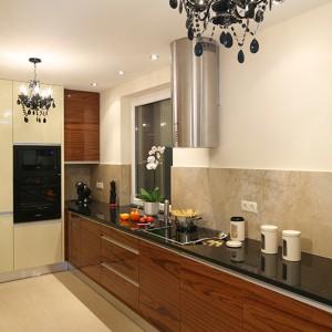 Łączenie stylów, zaskakujące zestawienia materiałów, faktur oraz kontrastowe połączenia barw są szczególnie widoczne w kuchni. Fot. Bartosz Jarosz.