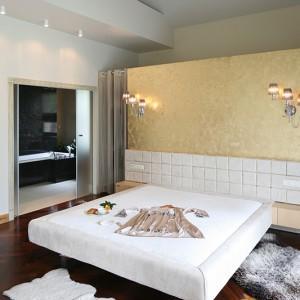 Sypialnia z łazienką, przeznaczoną wyłącznie dla pani i pana domu była marzeniem inwestorów. Fot. Bartosz Jarosz.