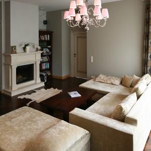Niewielki salon to przede wszystkim strefa relaksu i odpoczynku dla domowników, czemu służy jego wyposażenie i aranżacja. Fot. Bartosz Jarosz.