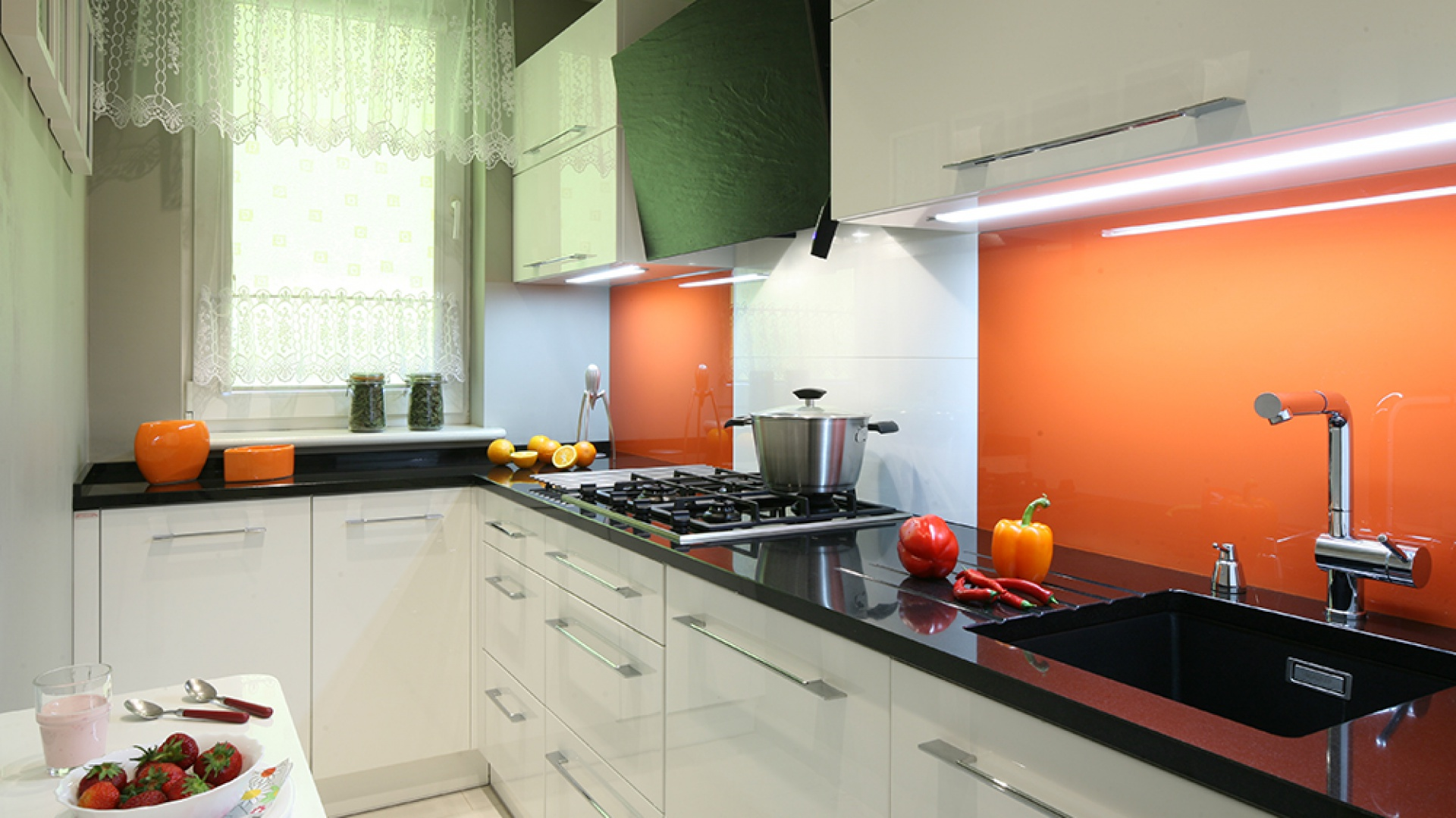 Nieduże pomieszczenie jest doskonale oświetlone halogenami na suficie oraz świetlówkami (TCo. Trading Company), umieszczonymi w specjalnie wyfrezowanych zagłębieniach pod szafkami górnymi. Dodatkowe źródło światła stanowi lampa nad stolikiem śniadaniowym. Fot. Bartosz Jarosz.