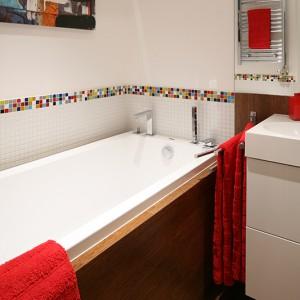 Kolorowa mozaika stanowi wesoły, żywy akcent w biało-brązowej łazience. Fot. Bartosz Jarosz.