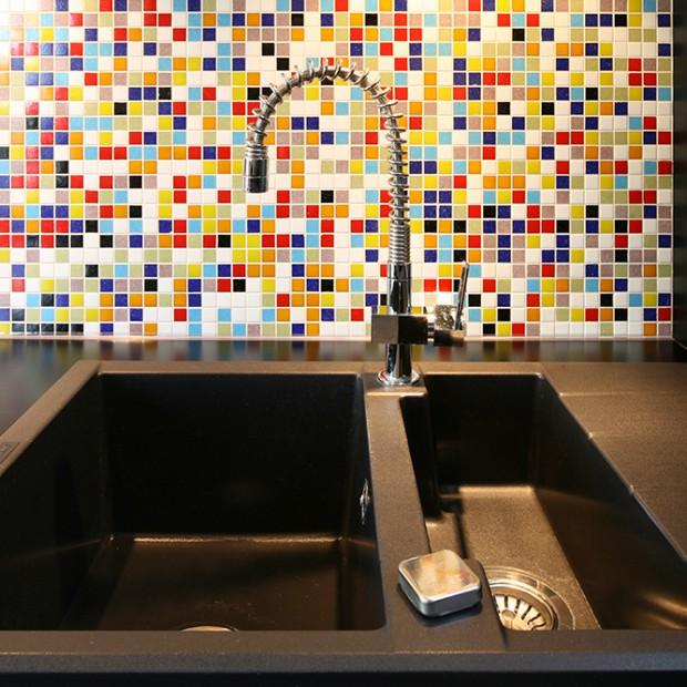 Ściana nad blatem w kuchni: kolorowa mozaika