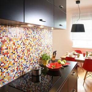 Czerń obecna zarówno w kuchni, jak i w jadalni została dobrze skontrastowana z innymi barwami. Dzięki temu oba pomieszczenia nie są ciemne. Fot. Bartosz Jarosz.