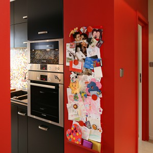 Piekarnik i mikrofalówka zostały wybrane z oferty marki Bosch. W dolnych szafkach zastosowano praktyczny system firmy Blum. Fot. Bartosz Jarosz.