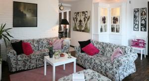 Stylowy salon, w którym śnieżnobiałą biel ścian przełamują urokliwe motywy kwiatowe to prawdziwe królestwo właścicielki