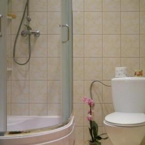 """2-margarita888.  """"Moja łazienka, czyli moje miejsce relaksu i salon piekności. Urządziłam ją skromnie, ale funkcjonalnie i kobieco, w delikatnych kolorach. Ozdobne akcenty nadają jej charakteru i indywidualności. Moja łazienka jest taka jak ja: praktyczna i romantyczna""""."""