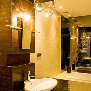 """13-urszula. """"Łazienka Ponadczasowa - lata mijają a nasza łazienka wciąż nam się nie nudzi, chociaż sami ją projektowaliśmy!  Matowy gres w tonacji beżu - by było miło i ciepło i ponadczasowo; skromny dekor w formie ciętych pasków z błyszczącego gresu w tym samym kolorze; narożne lustro które świetnie powiększa łazienkę i odbija to co w niej najfajniejsze; i drewno wenge, by było mniej łazienkowo i nawiązywało do reszty mieszkania... Może Wam też się spodoba..."""""""