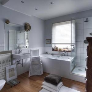 """19-panite. """"Dzięki drewnianej podłodze łazienka jest przytulna a dodatki tworzą miły nastrój""""."""