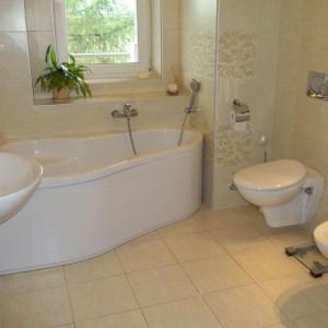 """33-aga67. """"Nieduża, ale bardzo wygodna łazienka w ulubionych przeze mnie beżach.Tylko w niej potrafię w parę minut urządzić domowe SPA i całkowicie się odprężyć""""."""