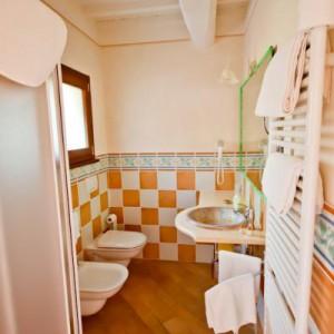 """36-luksac. """"Widok z drzwi wejściowych do łazienki. Łazienka jest urządzona jest skromnie ale ze smakiem. Jest nieduża ale w sam raz dla dwóch osób :) Ma swój klimat!"""""""