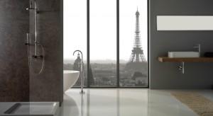 Nie musisz robić dużego remontu łazienki, aby ją unowocześnić. W kabinie wymień zwykłą baterię na kolumnę prysznicową a wystrój toalety zyska luksusowy szlif
