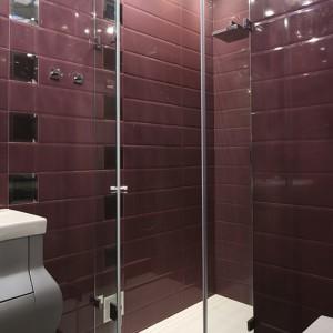 Ściany w całości pokrywają błyszczące płytki w kolorze intensywnego, mocnego fioletu. Dodatkowo ozdobiono je dekorami z niewielkich lusterek. Fot. Bartosz Jarosz.