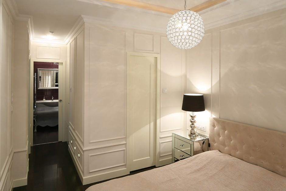 W sypialni wygospodarowano miejsce na dużą, pojemną garderobę. Niewielki korytarz łączy ją również z łazienką. To strefa nocna, gdzie można się zrelaksować. Fot. Bartosz Jarosz.