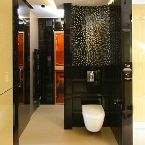 Salonik kąpielowy od sypialni oddziela jedynie szklana ściana, dzięki czemu obie przestrzenie przenikają się, a jednocześnie zapewniają niezbędną intymność. To także rozwiązanie powiększające wnętrze. Fot. Bartosz Jarosz.