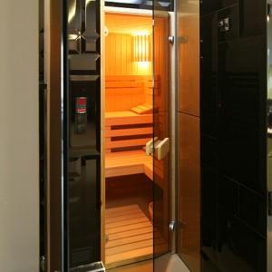 Poza dużą, wygodną wanną oraz prysznicem  właściciele mają do dyspozycji saunę fińską – suchą i parową. Fot. Bartosz Jarosz.
