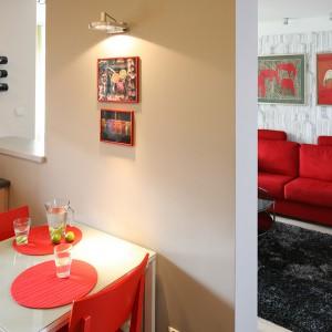 Stolik śniadaniowy i krzesła wybrano z oferty IKEA. Dodano im nieco indywidualnego charakteru – stolik zyskał nowy, szklany blat, a krzesła – czerwony kolor. Fot. Bartosz Jarosz.