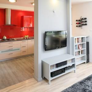 Kuchnia jest półotwarta. Od salonu oddziela ją niepełna ścianka działowa, dzięki czemu obie przestrzenie swobodnie się przenikają. Fot. Bartosz Jarosz.