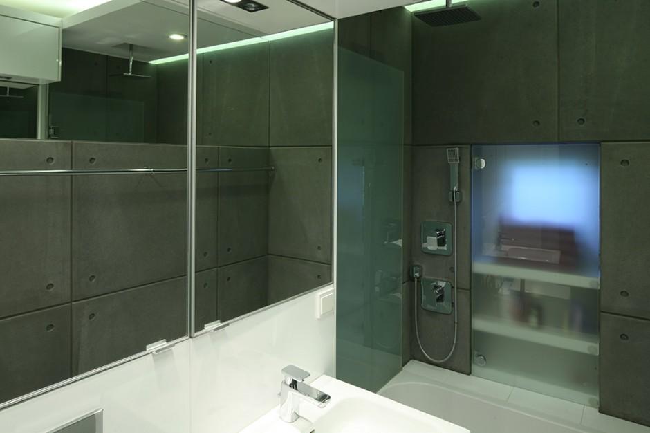 """Deszczownica została zainstalowana na suficie, natomiast bateria (Kludi """"Esprit"""") na ścianie. Takie  rozwiązanie było konieczne, aby urządzenia nie kolidowały z przymkniętymi drzwiami parawanu prysznica. Fot. Bartosz Jarosz."""