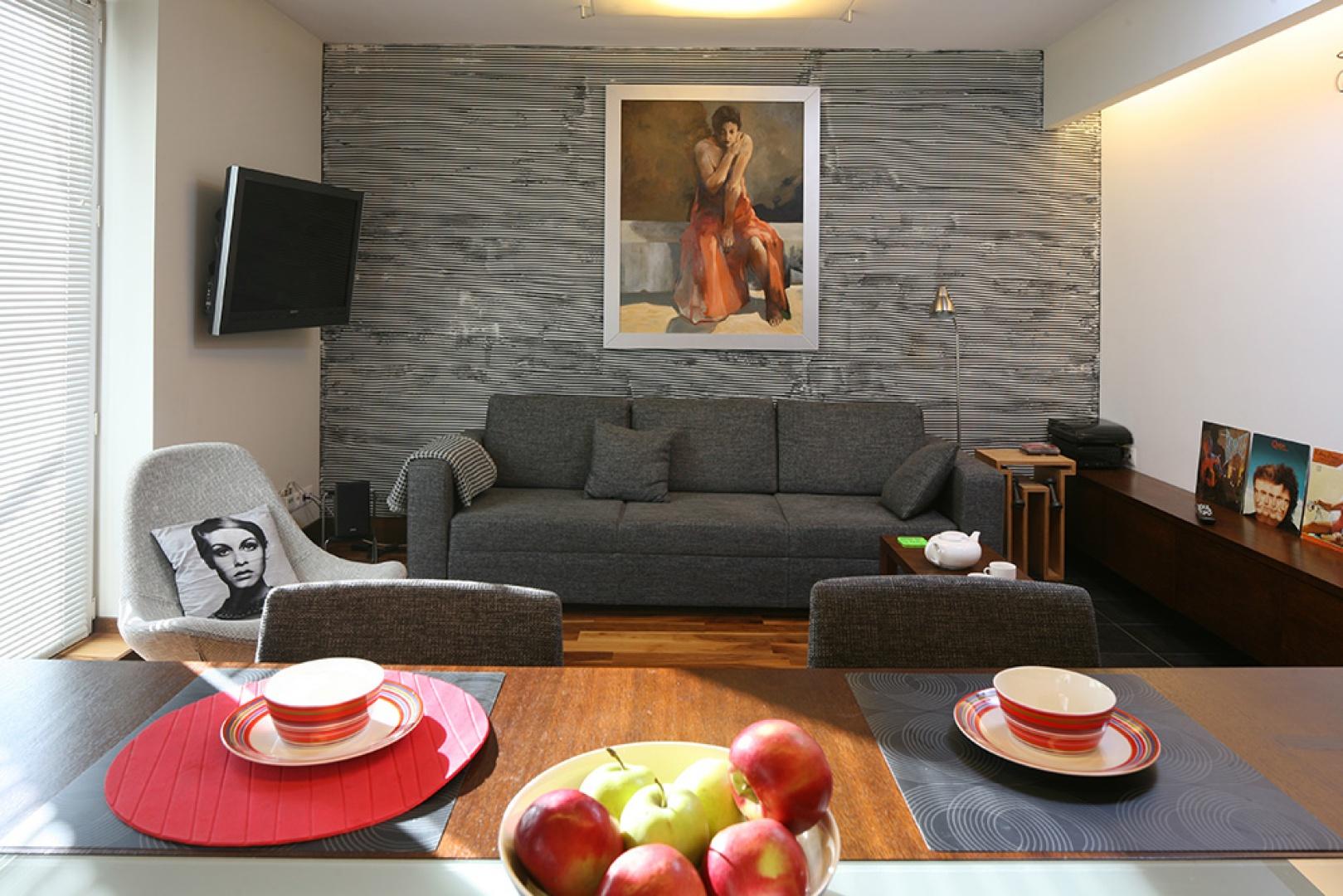 Wykonana w formie fakturowego tynku ściana eksponuje zawieszony na niej obraz autorstwa Jana Szczepkowskiego z prywatnej kolekcji właściciela  – miłośnika piękna i dobrego designu. Fot. Bartosz Jarosz.