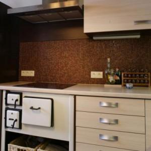 Świetnym materiałem na przestrzeń nad kuchennym blatem jest mozaika. Proj. Piotr Wełniak.