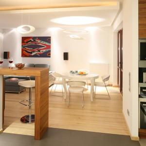 Jadalnia połączona z salonem jest stylistycznie spójna z aranżacją kuchni. Ekspres marki Miele, podobnie jak piekarnik i mikrofalówkę z oferty Siemens, umieszczono w zabudowie obok okna, dzięki czemu zachowano reprezentacyjny charakter wnętrza. Fot. Bartosz Jarosz.