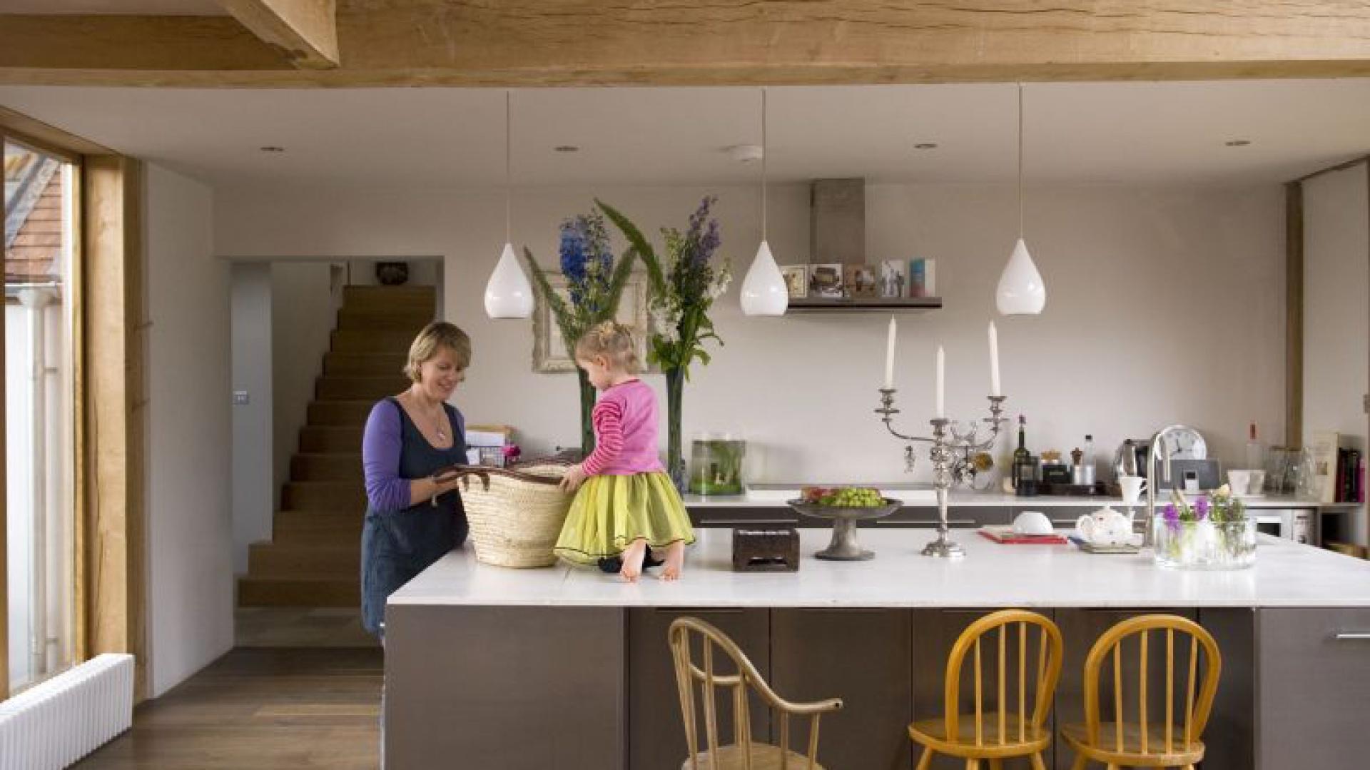 Otwarta kuchnia sprawia, że gotowanie w domu Fiony i Alexa stało się czynnością prawdziwie społeczną. Pozwala też mieć na oku bawiące się dzieci. Prosta, nowoczesna zabudowa z IKEA, choć miała być rozwiązaniem tymczasowym, sprawdza się znakomicie.
