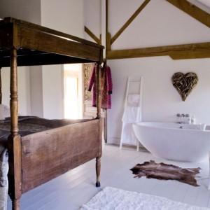 Sypialnia to ulubione pomieszczenie pani domu. Imponujące drewniane łoże przyjechało z nimi aż z Bali. Fot. Poly Eltes/Narratives.