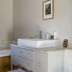 Jedna z dwóch łazienek przeznaczonych dla domowników. Umiejętność łączenia starego z nowym i wyszukiwania znalezisk na targach staroci sprawiły, że mimo skromności wyposażenia, świetnie się prezentuje. Fot. Poly Eltes/Narratives.