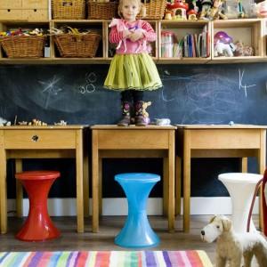Jeden z pokojów na parterze przerobiono na bawialnię dla dzieci. Stała się fantastycznym kolorowym miejscem zabaw całej trójki. Wyjątkowym czyni je zwłaszcza jedna ze ścian, którą pomalowano specjalną farbą tablicową. Fot. Poly Eltes/Narratives.