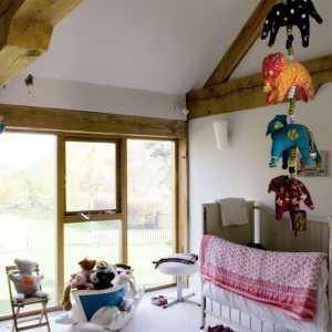 Sypialnia czteroletniej Marni, najmłodszej córki Fiony i Alexa, to przestrzeń idealnie trafiająca w gust małego dziecka, ciepła, przytulna i kolorowa. Łóżeczko dziecięce to pamiątka rodzinna – spała w nim jeszcze mała Fiona. Fot. Poly Eltes/Narratives.