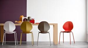 Komfortowe siedzisko i oparcie – to podstawa. Design i kolor też są ważne. A jeśli chodzi o materiał, do wyboru mamy: drewno, metal, aluminium, rattan, tworzywo sztuczne, skórę, tkaninę...