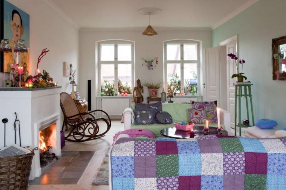 Meble w salonie ustrojone zostały w patchworkowe koce i szydełkowe narzuty. Dzięki nim pokój nabrał ciepłego i przytulnego charakteru. Orientalne dodatki świetnie się komponują z kolorowymi drobiazgami od Rice. Fot. Sian Williams/Narratives.