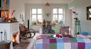 Charlotte Hednam-Gueniau to projektantka i założycielka duńskiej firmy Rice. Dziś zapraszamy Was w barwną podróż do Hverringe, jej niezwykłego osiemnastowiecznego domu w Danii.