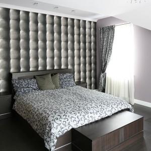 Sypialnia w stylistyce glamour to wyjątkowe wnętrze, tutaj bowiem wprowadzono więcej blasku, faktur i ornamentów niż w pozostałych częściach domu. Fot. Bartosz Jarosz.