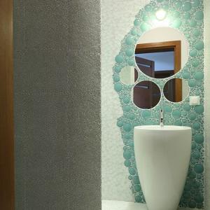 Gościnna łazienka czaruje mroźną, rześką aurą. Fot. Bartosz Jarosz.