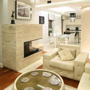 W salonie znajduje się wiele wyjątkowych rzeczy zaprojektowanych przez architekt specjalnie do tego wnętrza. Skórzany dywan oraz podkładki na  stół i pod filiżanki, rolety, a nawet poduszki na sofy. Fot. Bartosz Jarosz.