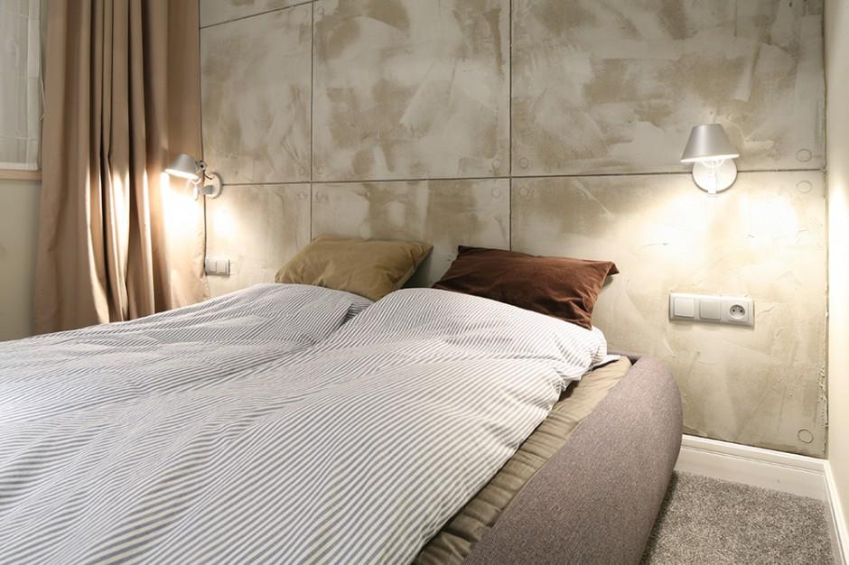 Minimalistyczna stylistyka wprost ze Skandynawii wyznaczyła surowy styl sypialni. Stąd imitująca beton ściana, będąca jedynym elementem dekoracyjnym tego prostego wnętrza. Fot. Bartosz Jarosz.