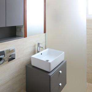 Niewielka łazienka (zaledwie trzymetrowa) została bardzo funkcjonalnie urządzona. Zmieścił się w niej prysznic, pralka oraz całkiem sporo  zamkniętych szafek i szuflad. Fot. Bartosz Jarosz.