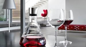 Lampka wina najlepiej smakuje we dwoje. Miłośnicy tego trunku wiedzą jednak, że sekret tkwi w przechowywaniu i właściwym serwowaniu.